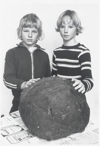 91098 - Made en Drimmelen. Een reuze paddenstoel door twee jongeren uit Made.