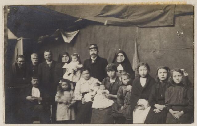 084681 - Vluchtelingenkamp te Baarle-Nassau grens. Midden stationschef Wolters