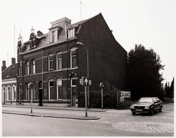 033378 - Tivolistraat, rechts de ingang naar de Sligro, Tivolistraat nr. 15, vervolgens twee panden onder een kap Tivolistraat 17-19. Rond 1980 boden deze panden onderdak aan gastarbeiders en studenten.