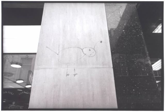 021957 - Tekening op de gevel tussen de porseleinwinkel Hoeben Beelen en delicatessenzaak Jamin in de Heuvelstraat