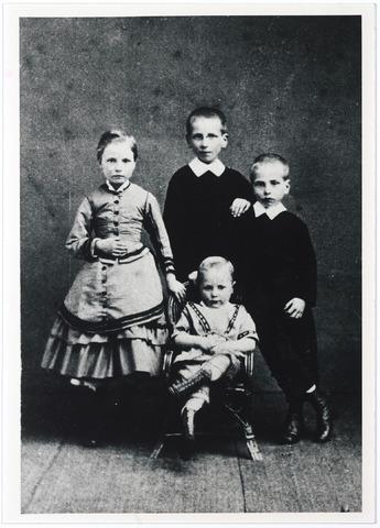 005026 - Van links naar rechts: Henriëtte, Henri, Gustave en, in de stoel, Marie LATOUR, kinderen van  Christiaan Hubert Latour (Tilburg 1831 - Parijs 1896) en Elisabeth Catharina van Santbeek (Tilburg 1833 - Parijs 1912).  (reproductie; origineel niet in collectie aanwezig)