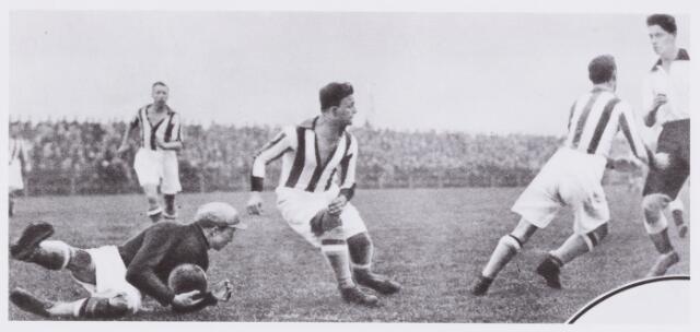 054045 - Sport. Voetbal. Willem II. De derby tussen Willem II en Longa eindigde in 0 - 1.