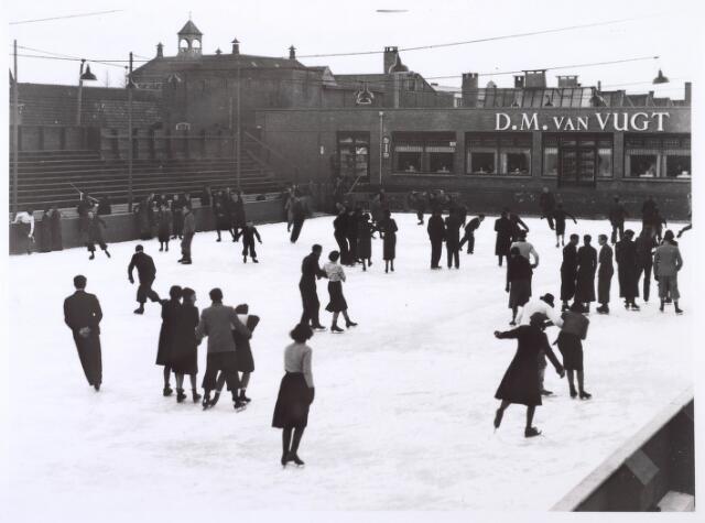018141 - De eerste kunstijsbaan van het zuiden, gelegen aan de Elzenstraat, kort na de opening eind 1938