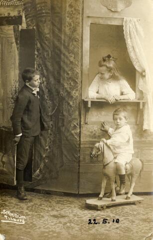 650362 - Schmidlin. Karel, Louis en Lies Schmidlin in de studio aan de Gasthuisstraat te Tilburg. 1910.