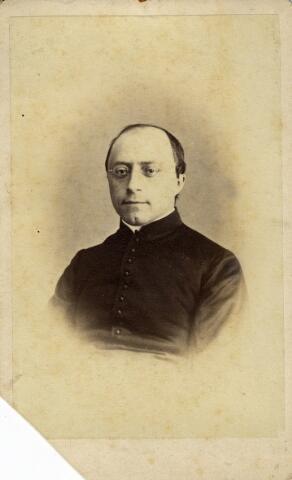 092186 - Johannes Baptista Bots, deken van het dekenaat Tilburg. Hij werd geboren te Helmond op 18 september 1838 en werd in 1862 tot priester gewijd. Voorts was hij kapelaan te Udenhout en van de H. Catharinakerk te Den Bosch. Op 21 maart 1882 werd J.B. Bots pastoor van de Dionysiuskerk (parochie Goirke) te Tilburg. In 1908 werd hij deken van het dekenaat Tilburg en zeven jaar later kanunnik van het Kathedraal-Kapittel van de St. Jan in Den Bosch. Verder was hij huisprelaat van de paus en officier in de orde van Oranje-Nassau. Deken Bots overleed te Tilburg op 3 maart 1915.