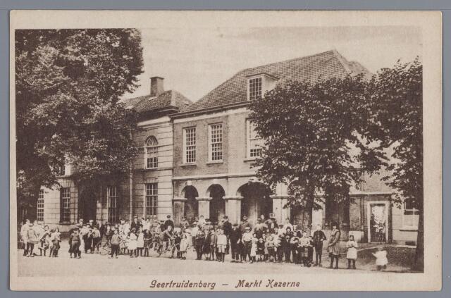 058232 - Markt Kazerne in Geertruidenberg. Over de gehele breedte van de kaart mensen op de foto.