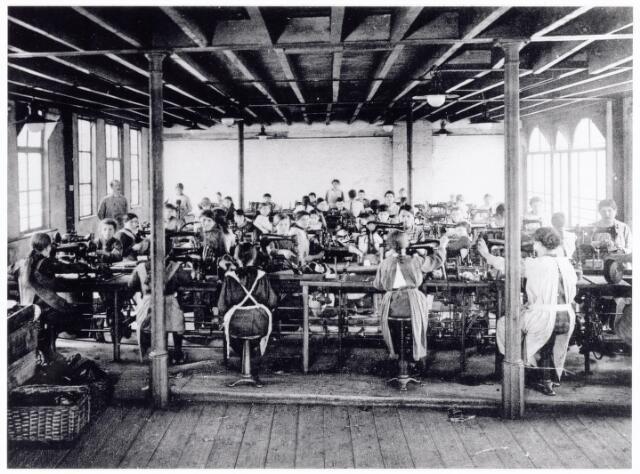 038432 - Nijverheid. Schoen- en leerindustrie. Interieur van N.V. J. van Arendonk's schoen- en lederfabrieken afdeling B stikkerij