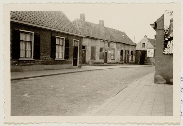 102124 - Stadsvernieuwing. Slooppanden. Oude onbewoonbaar verklaarde woningen aan de Keiweg tussen de huisnummers 62 en 74; de panden werden gesloopt in 1953.