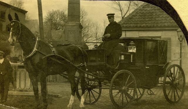 083007 - Janus Krijnen met zijn paard Orelio op Koningshoeven voor textielfabriek Verschuuren-Piron.