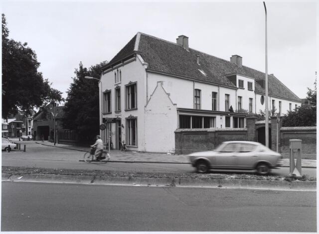 024611 - Voormalig fabriekspand van Van Dooren & Dams aan het Korvelplein. Na de renovatie in 1965 was het Instituut voor Maatschappelijk Werk (IMW) de eerste bewoner
