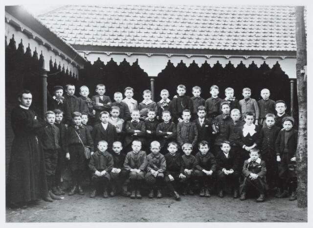 051297 - Basisonderwijs.Klassenfoto  r.k. lagere school. De Leoschool in 1907. Leerlingen van de franse les.