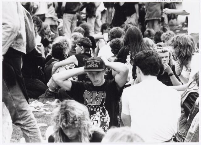 043426 - Op 4 september 1988 vond in het stadion van Tilburg muziekevenement plaats getiteld 'Monsters of Rock'.