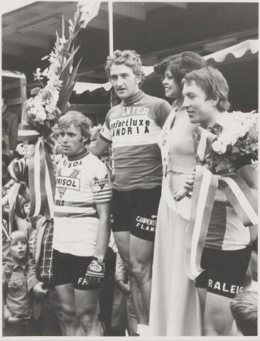 082135 - Wielrennen Rijen. Ronde van de Leren Zool met de beste drie. Links op de foto Hennie Kuypers
