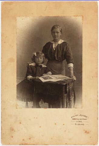 006475 - Annie en Ernestine de Beer, dochters van Lambert de Beer en Theresia de Beer-Eras.