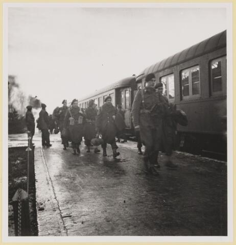 077537 - Tweede wereldoorlog 1940-1945. Bevrijdingsfoto: Engelse en Canadese troepen komen aan op het station in Oisterwijk, 31 december 1944.
