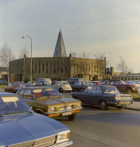 1237_012_980_002 - Kerk. Religie. Architectuur. De Pastoor van Arskerk aan de Beneluxlaan in december 1972. Het opvallende ontwerp is van architect Th.A.J.B. van der Bolt. Tussen 1960 en 1975 was dit de parochiekerk van de wijk Het Zand II. Vanaf 1977 kreeg de kerk een nieuwe bestemming als wijkcentrum.