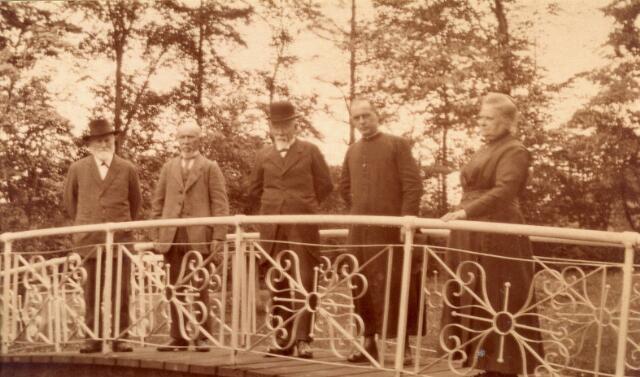 083036 - Op het brugje achter villa Dennenhaghe op de Koningshoeven. Van links naar rechts; Vincent Verschuuren (1851-1924), Henri Piron (1848-1930), Ferdinand Piron (1846-1927), zijn zoon Harry Piron die later als broeder Wilfried naar de missie in Nederlands Indië vertrok, en de vrouw van Vincent Verschuuren, Marie Piron (1854-1932)