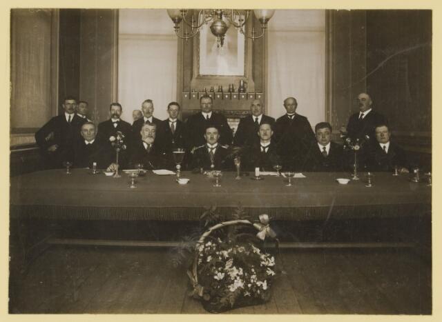 077021 - Groepsfoto. Installatie Burgemeester Johannes J.L.M. Verwiel (1921-1952) wethouders: C.H. vd Wiel 1933-1941,1945-1949. C. Verhoeven 1923-1927, 1931-1935, A.W.M. Roosen 1909-1927
