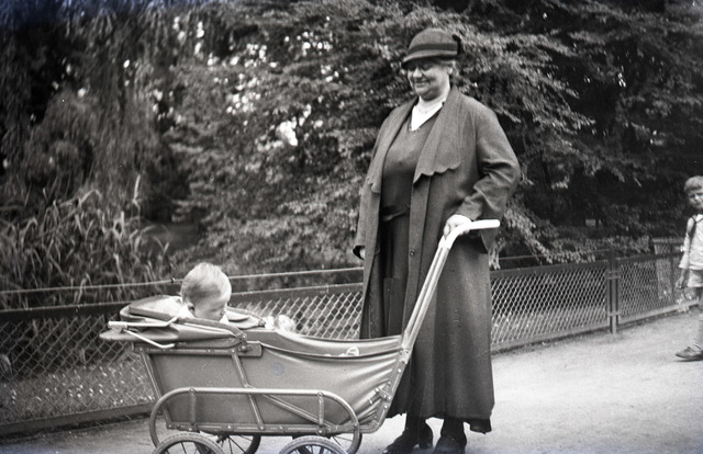 654808 - Privéarchief Schmidlin. Oma Johanna Schmidlin-Dubois met kinderwagen in het Wilhelminapark
