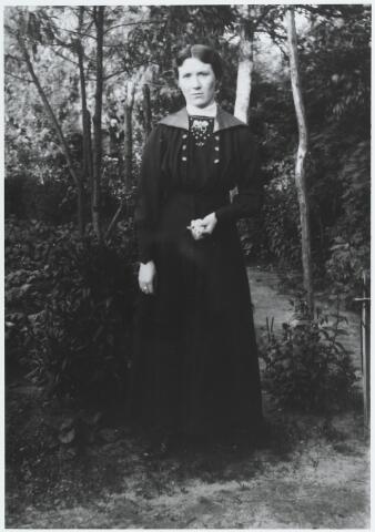 056149 - Adriana Maria (Jana) van Puijenbroek, geboren te Goirle op  10 augustus 1889 en aldaar ongehuwd overleden op 3 januari 1971. In 1948 was zij 40 jaar dienstbode bij de familie Peijnenborg-Hamers.