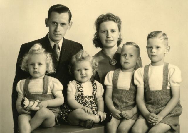 071526 - Fons Korremans en zijn vrouw Bets van der Wielen. Op de voorgrond hun kinderen Piet, Wim, Ber en Fons Korremans.