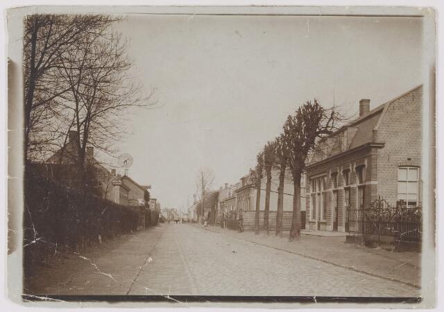 082448 - Gilze, Nieuwstraat. Het cafe rechts vooraan werd in 1921 tot raadhuis verbouwd. Raadhuis 1921 - 1939