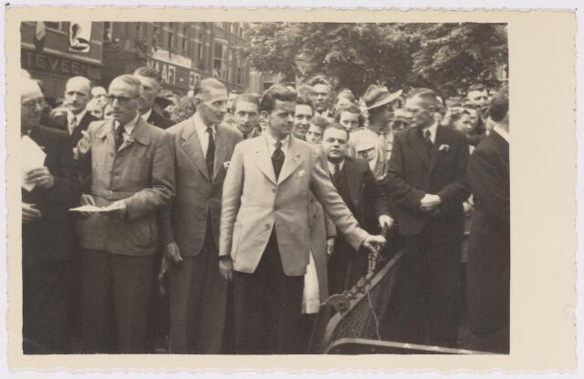 042733 - Nationale Feestdag na de bevrijding. Kranslegging  s middags om twaalf uur. Op de foto links boven het midden de aanduiding N.A.A.F.I. op de voorgevel van het HEMA-winkelpand zichtbaar. Na de bevrijding van Tilburg werd het winkelpand door de geallieerden als kantine gebruikt.