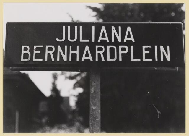 077390 - Tweede wereldoorlog 1940-1945 Foto van een straatnaambord. Op last van de bezetter moesten koninklijke straatnamen verdwijnen.