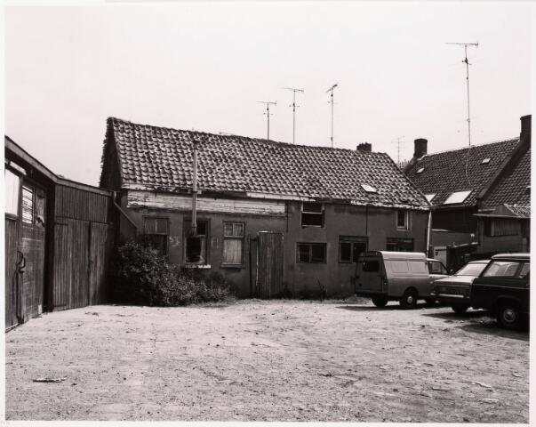 033386 - Achterzijde van het pand Tivolistraat 39. De oude nummering van dit pand was Bosscheweg 119 en vanaf 1932 Bosscheweg 393. De achterbouw was in de jaren zeventig in gebruik als werkplaats van de Tilburgse firma Smeets, een bedrijf dat startmotoren en dynamo's reviseerde.
