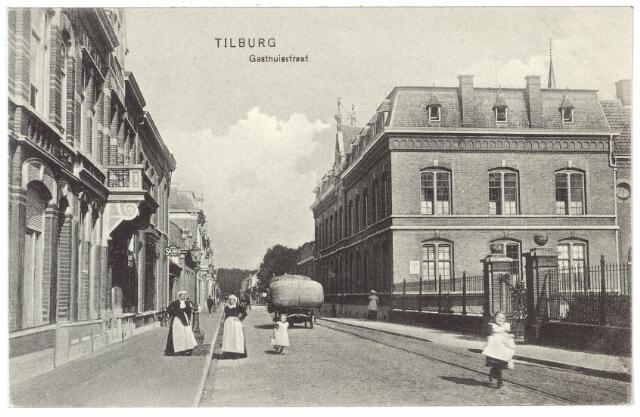 000507 - Gasthuisstraat. met rechts het moederhuis van de fraters. Verder een vrachtkar en enkele vrouwen in Tilburgse klederdracht.