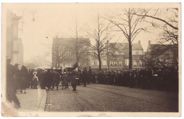 000807 - Op de achtergrond de zuidzijde van de Heuvel. Bij de Heuvelse kerk vertrekt de begrafenisstoet van Hein van der Linden zoon van groenteboer Van der Linden uit de Heuvelstraat. Hij zat in de auto, die op Brakel in Riel bij de onbewaakte spoorwegovergang van het Bels lijntje tegen een trein botste op 29 november 1927. De bestuurder van de auto was Henri de Rooy, wiens ouders een slagerij op de Heuvel in Tilburg hadden. Het tweede dodelijke slachtoffer was Hugo van Esch.