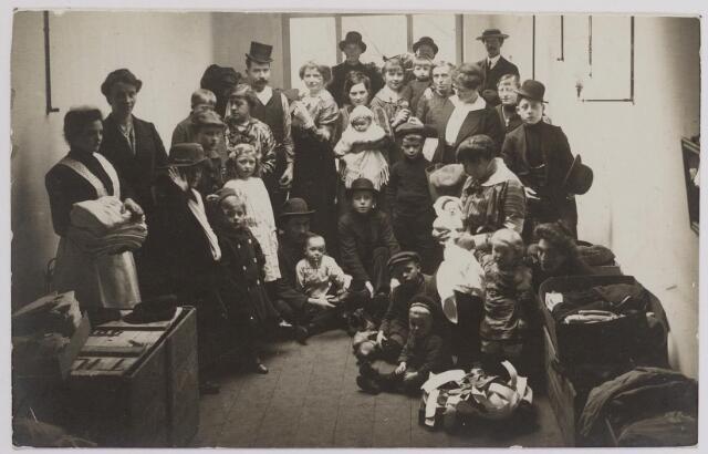 042295 - Eerste Wereldoorlog. Belgische vluchtelingen. Aankomst van een groepje vluchtelingen. Uiterst links vermoedelijk Gerdina Vermeer, die met Jan Verschuuren was gehuwd