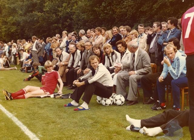 800070 - Voetbal. Publiek bij een wedstrijd van voetbalvereniging Taxandria Oisterwijk tijdens een wedstrijd tegen PSV, Eindhoven.