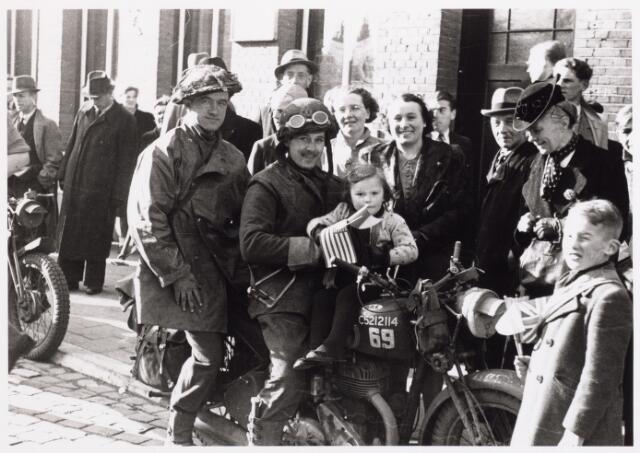 013289 - WO2 ; WOII ; Tweede Wereldoorlog. Bevrijding. Een motorordonnans poseert met een kind op de tank voor het arbeidsbureau op de Markt