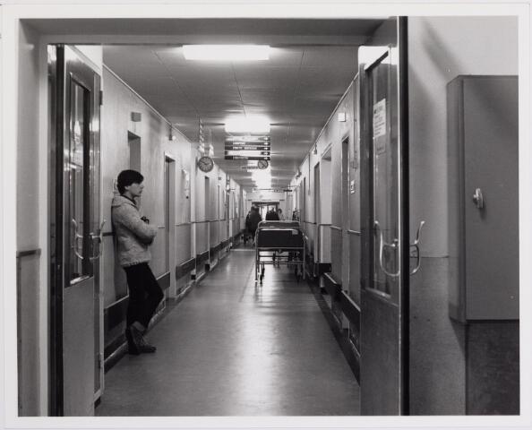 041844 - Elisabethziekenhuis. Gezondheidszorg. Ziekenhuizen. Gang bij de röntgenafdeling in het St. Elisabethziekenhuis.