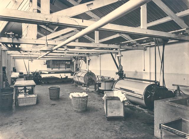 653657 - Eerste Nederlandsche Luiercentrale, Tilburg. Een kijkje in de fabriek van de eerste Nederlandse Luiercentrale. Klanten van deze organisatie konden de vieze luiers van hun baby's daar laten reinigen. Iedere klant van de Luiercentrale had een eigen nummer dat op de luiers werd gestempeld.