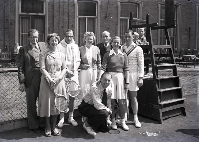 653878 - Sport. Leden van de Tilburgse Lawn Tennisclub.