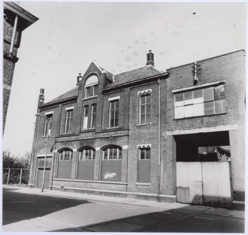 025257 - In verval geraakte gebouwen van de GEB aan de Lange Nieuwstraat na de sluiting in de zestiger jaren van de vorige eeuw
