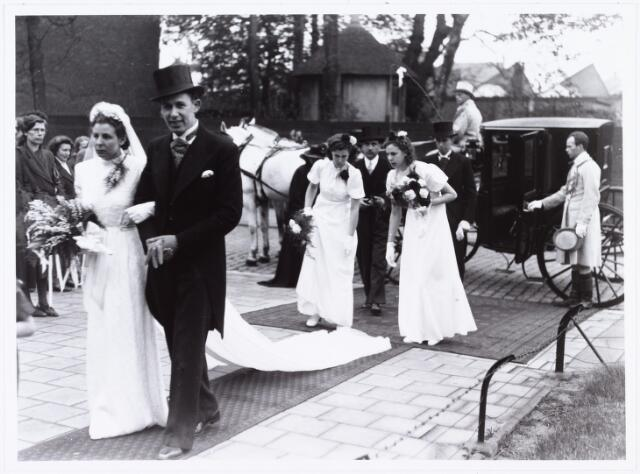 007264 - Bruidspaar Alb.F.W.M. Kneepkens (apotheker) en Riet H.C. de Pont. Huwelijksinzegening op 2 mei 1942 te 10.00 in de kerk van het Heilig Hart Noordhoek Tilburg.