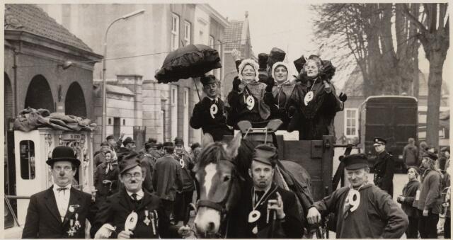 101340 - Carnaval 1964. Boerenbruiloft. Met nummer 9 Walter Baijens.