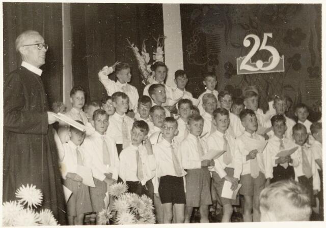 051276 - Basisonderwijs. r.k. lagere school. St. Jozefschool aan de Groeseindstraat viert zilveren feest.