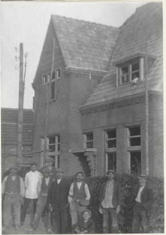 90928 - Made en Drimmelen. De pastorie in Stuivezand. De mensen op de foto werkten veelal bij de bouw van de kerk. De Blasius  kerk en pastorie werden gebouwd door aannemer Leijten, waarschijnlijk uit Oosterhout. De architect van het geheel was J. Oomen.  De inwoners van Stuivezand voerden een felle strijd met de gemeente Oosterhout, die weigerde een school te stichten, men eiste  eerst een kerk, maar daarna moest de gemeente Oosterhout gedwongen door diverse rechtszaken, toch een school stichten.