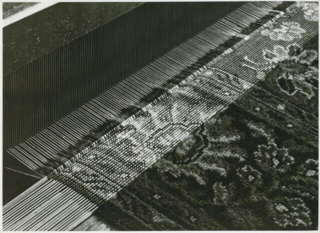 054972 - Tapijt van de firma Van Besouw. Textielindustrie