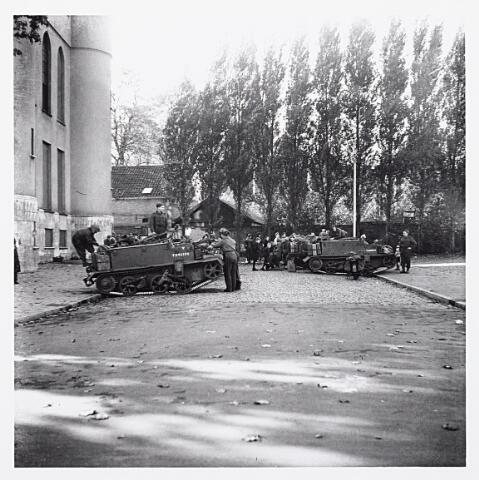 012167 - WO2 ; WOII ; Tweede Wereldoorlog. Bevrijding. Carriers van de Schotse infanterie bij het Paleis-Raadhuis