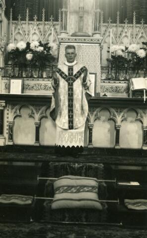 071642 - Father W. Wagenaar tijdens de H. Mis daags voor zijn vertrek naar de missie. Hij was lid van de congregatie der missionarissen van Mill Hill.