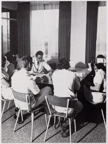 041930 - Gezondheidszorg. Ziekenhuizen. Personeelskamer op een verpleegafdeling  in het Maria Ziekenhuis, nu Tweestedenziekenhuis