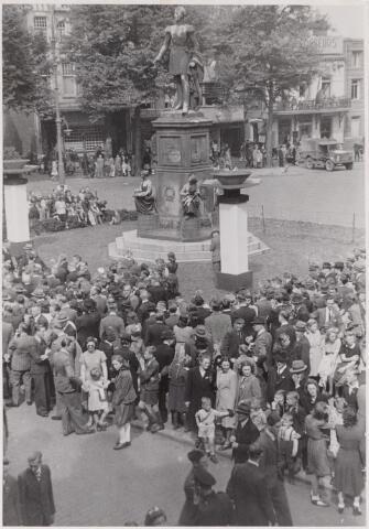 042791 - Koninklijke bezoeken. Mensen verzameld rond het standbeeld van Willem II op de Heuvel op nationale bevrijdingsdag, 9 mei 1945.Op die dag bracht prinses Juliana een bezoek aan Tilburg