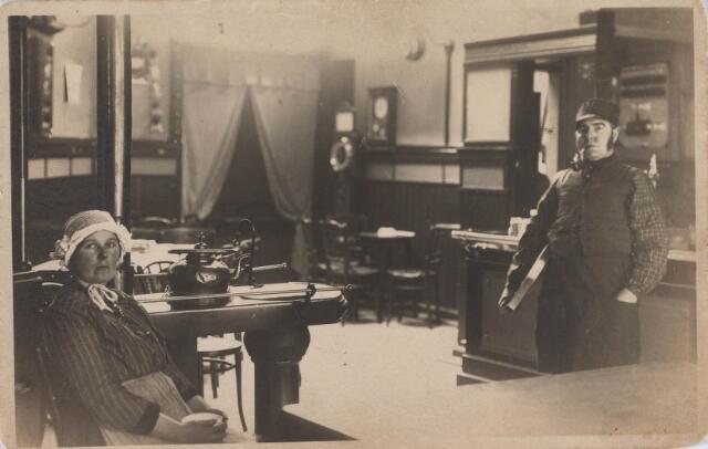 021234 - Zogenaamde Brabantse Dag. Links op de foto Dora Seegers - Van Heest en rechts haar man. Zij waren de eigenaars van een café aann de huidige Korte Heuvel