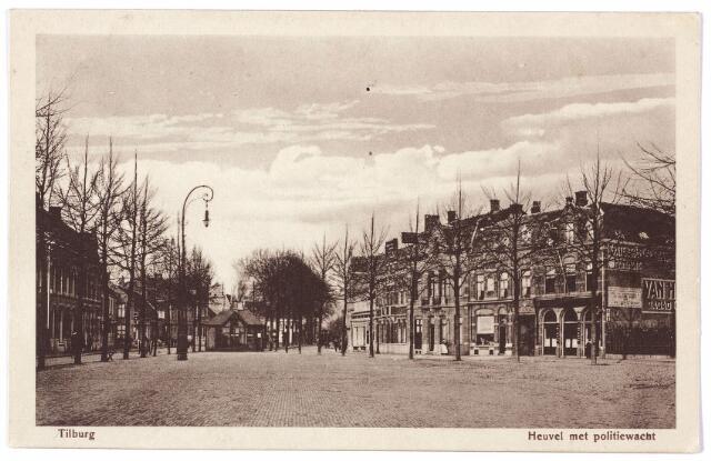 000761 - De Heuvel gezien in zuidelijke richting. Midden op het plein een politiepost. In het derde huis links was tijdens de Eerste Wereldoorlog ee bataljonsbureau gevestigd.
