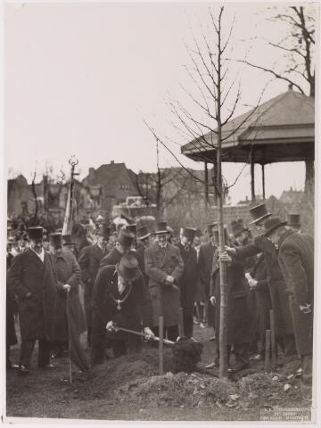 042689 - Huis van Oranje. Burgemeester Vonk de Both verricht op 1 februari 1938 de officiële planting van de Beatrixboom op het Korvelplein. Een dag eerder was prinses Beatrix was geboren
